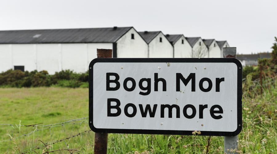 Bi-lingual village signs, Bowmore, Bogh Mor ©Lorne Gill/SNH. For information on reproduction rights contact the Scottish Natural Heritage Image Library on Tel. 01738 444177 or www.nature.scot
