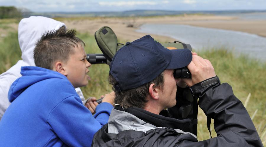 Visitors at the Tentsmuir NNR open day looking through telescopes to see the seals resting on the sand bars.©Lorne Gill/SNH. For information on reproduction rights contact the Scottish Natural Heritage Image Library on Tel. 01738 444177 or www.nature.scot