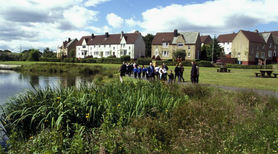 Pupils and teachers by the pond at Glenboig Village Park. ©SNH. For information on reproduction rights contact the Scottish Natural Heritage Image Library on Tel. 01738 444177 or www.nature.scot