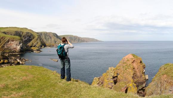 Birdwatching from the cliffs at St Abbs Head NNR. ©Lorne Gill/SNH. For information on reproduction rights contact the Scottish Natural Heritage Image Library on Tel. 01738 444177 or www.nature.scot