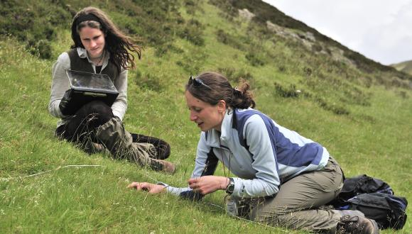 Phd research students from Aberdeen University surveying a quadrat in Glen Tilt ©Lorne Gill/SNH. For information on reproduction rights contact the Scottish Natural Heritage Image Library on Tel. 01738 444177 or www.nature.scot