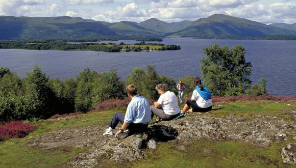 Tourists enjoying the view at Craigie Fort, Loch Lomond ©Lorne Gill/SNH. For information on reproduction rights contact the Scottish Natural Heritage Image Library on Tel. 01738 444177 or www.nature.scot