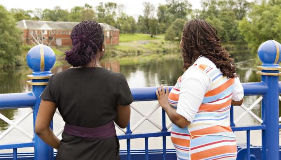 Women standing on bridge looking at river running through park  ©beckyduncanphotographyltd/SNH. For information on reproduction rights contact the Scottish Natural Heritage Image Library on Tel. 01738 444177 or www.nature.scot