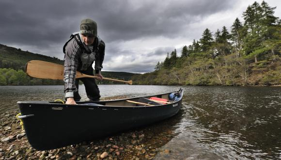 Donald MacPherson, paddling along the Great Glen Canoe Trail, River Ness.©Lorne Gill/SNH