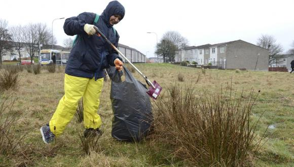 TCV volunteer. Easterhouse, Glasgow. ©Lorne Gill/SNH. For information on reproduction rights contact the Scottish Natural Heritage Image Library on Tel. 01738 444177 or www.nature.scot